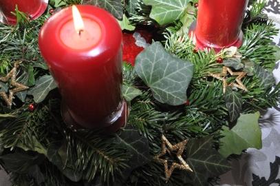 Adventkranz mit brennender Kerze
