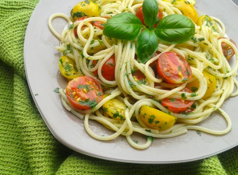 Spaghetti mit Kräutern und Cocktailtomaten.