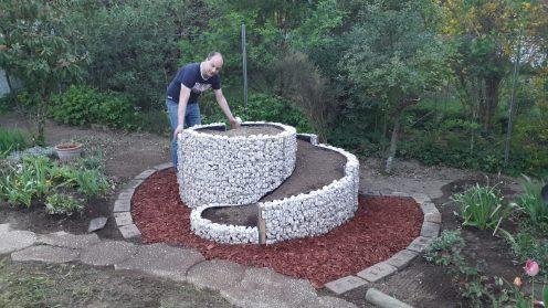 Kräuterspirale mit Erde befüllt
