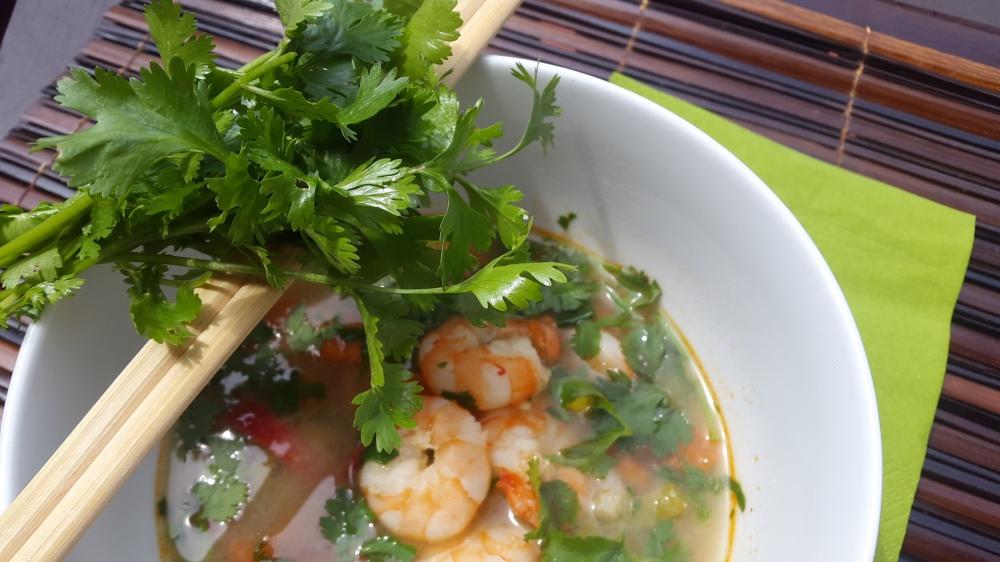 Thai Suppe mit Garnelen und Koriander