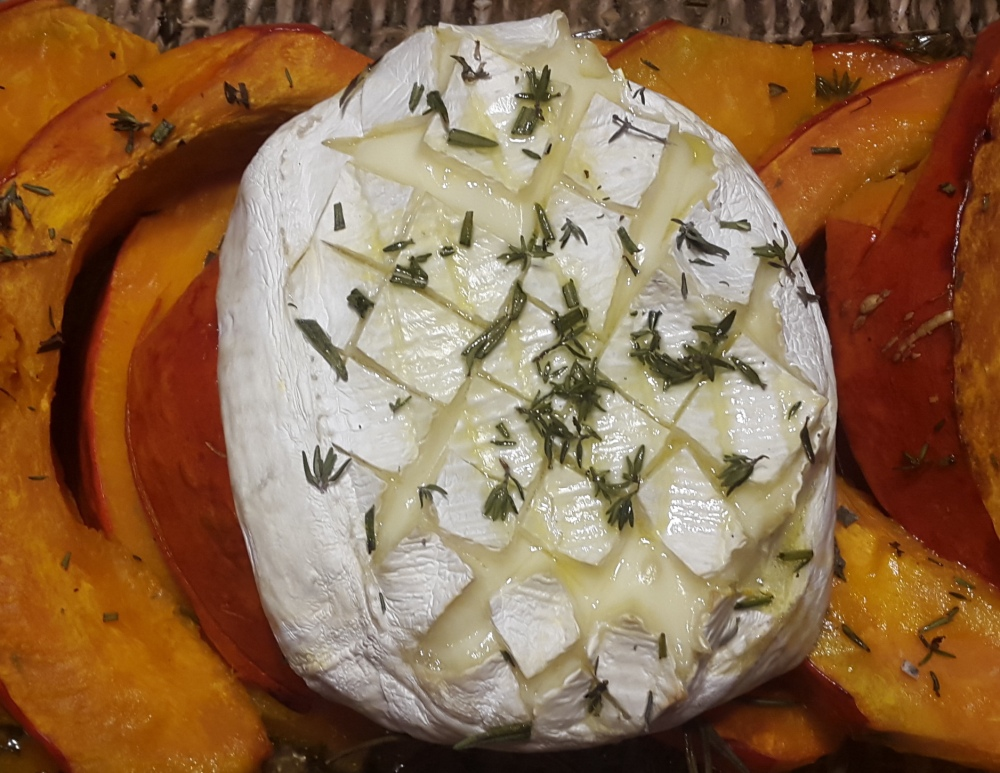 ofenkuerbis-mit-geschmolzenen-camembert, Thymian und Rosmarin