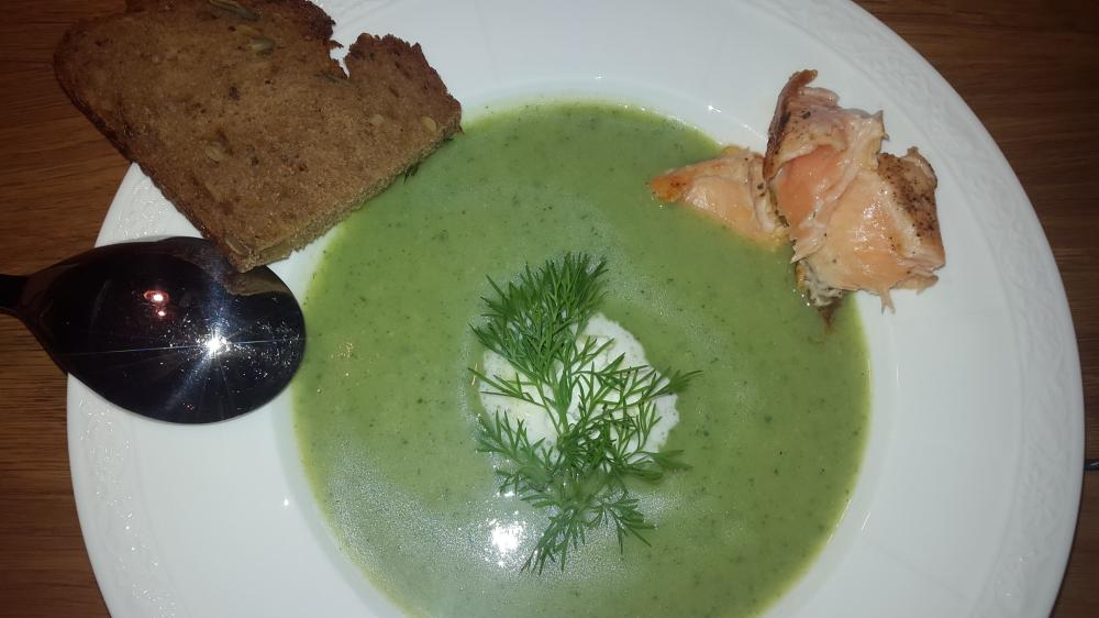 Grüne Selleriecremesuppe mit Lachs und Dille
