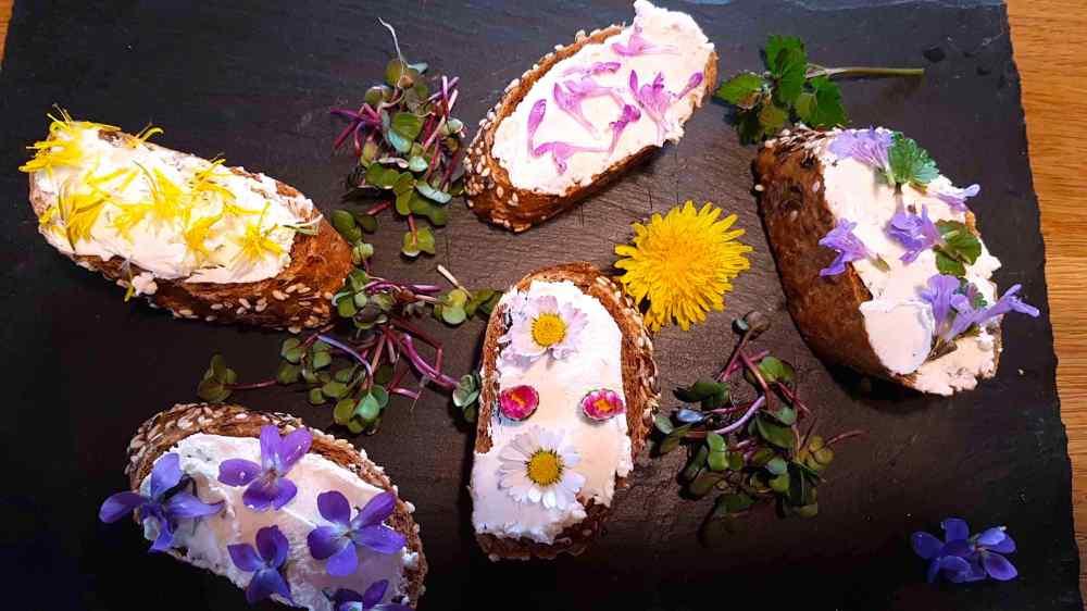 Brote mit essbaren Blüten