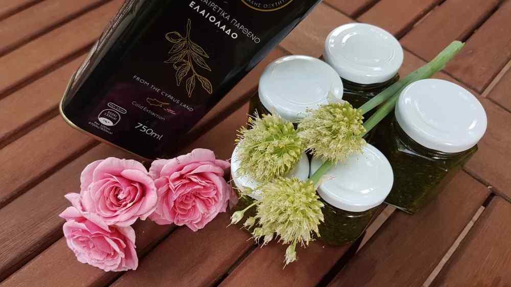 Selbstgemachtes Kräuterpeso im Glas mit Olivenöl
