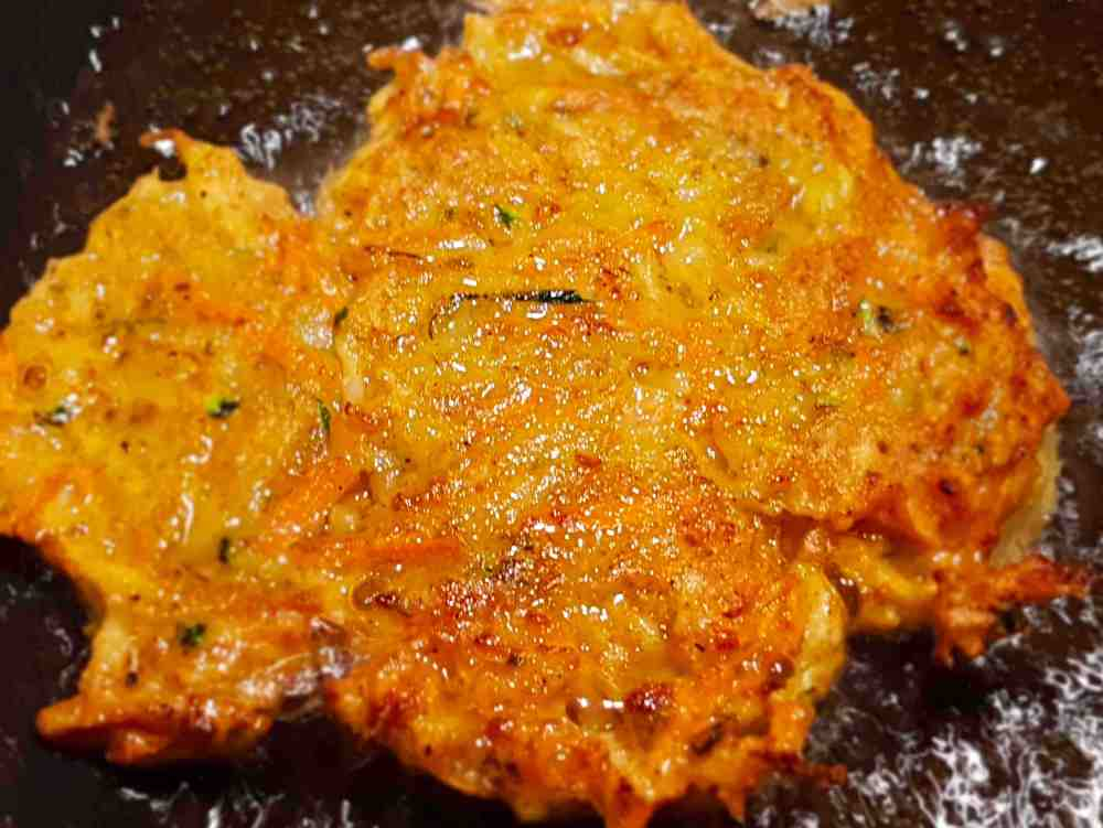 Kartoffel-Karotten-Zucchini Puffer in der Pfanne